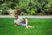 Hombre descansando en la hierba — Foto de Stock