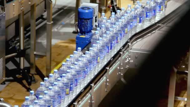 Industria convogliatore acqua bottiglia — Vídeo de stock