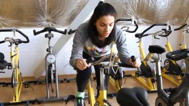 Bacaklarını kardiyo Bisiklete binme eğitimi egzersiz erkek — Stok video