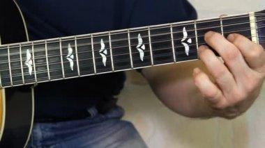 Performer auf der akustischen gitarre zu spielen. musikinstrument mit gitarrist händen — Stockvideo