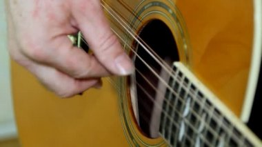 Performer playing on the acoustic guitar. Musical instrument with guitarist hands — Stock Video
