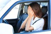 Femme qui pleure en voiture — Photo