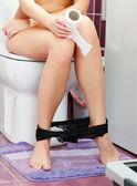 Kobieta w wc — Zdjęcie stockowe