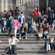 Tourists sit on the stairs of Barcelona Cathedral — Stock Photo