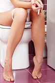 Palenie kobiety w toalecie — Zdjęcie stockowe