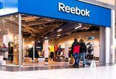 Los compradores visitan centro de reebok — Foto de Stock