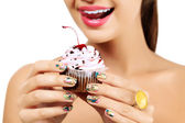 Woman wants to eat a cupcake — Stock Photo