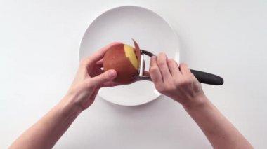 En kvinna skalade äpplet. del 1. — Stockvideo
