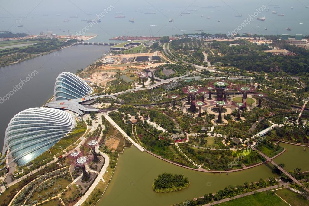 Gardens by the bay singapore view from top of Marina bay hotel skypark — Stock Photo #13439247