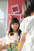 Kind spelen speelgoed — Stockfoto