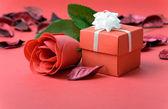 Rosa rossa con scatola regalo — Foto Stock