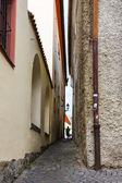 Viejo estrecha calle en cesky krumlov, república checa. — Foto de Stock