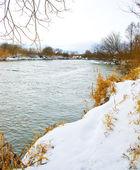 雪で覆われて川 — ストック写真