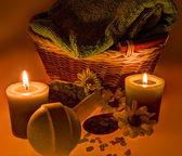 Spa treatment: sea salt, candles, flowers and towel — Stockfoto