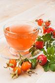 Rose hip thee en rode bessen — Stockfoto
