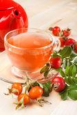 Tetera de té y rojo de rosa mosqueta — Foto de Stock
