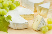 Gourmet cheese and grapes — Stock Photo
