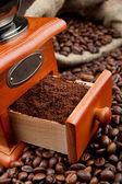 Kaffeemühle mit kaffeebohnen — Stockfoto