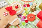 缝纫组和手工制作姜饼人从纺织 — 图库照片
