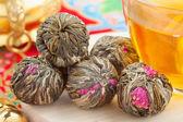 Chinesischer grüntee kugeln mit blumen, teetasse — Stockfoto
