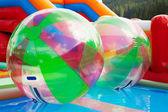 在露天游泳池中的水球 — 图库照片