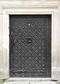 Retro gate with door knocker, decorated with wrought iron — Stok fotoğraf