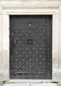 Puerta retro con aldabón, decorada con hierro forjado — Foto de Stock
