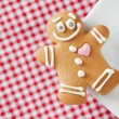 Smiling gingerbread man and coffee cup on table — Stock Photo