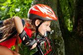 Adolescente en una bicicleta en el parque — Foto de Stock
