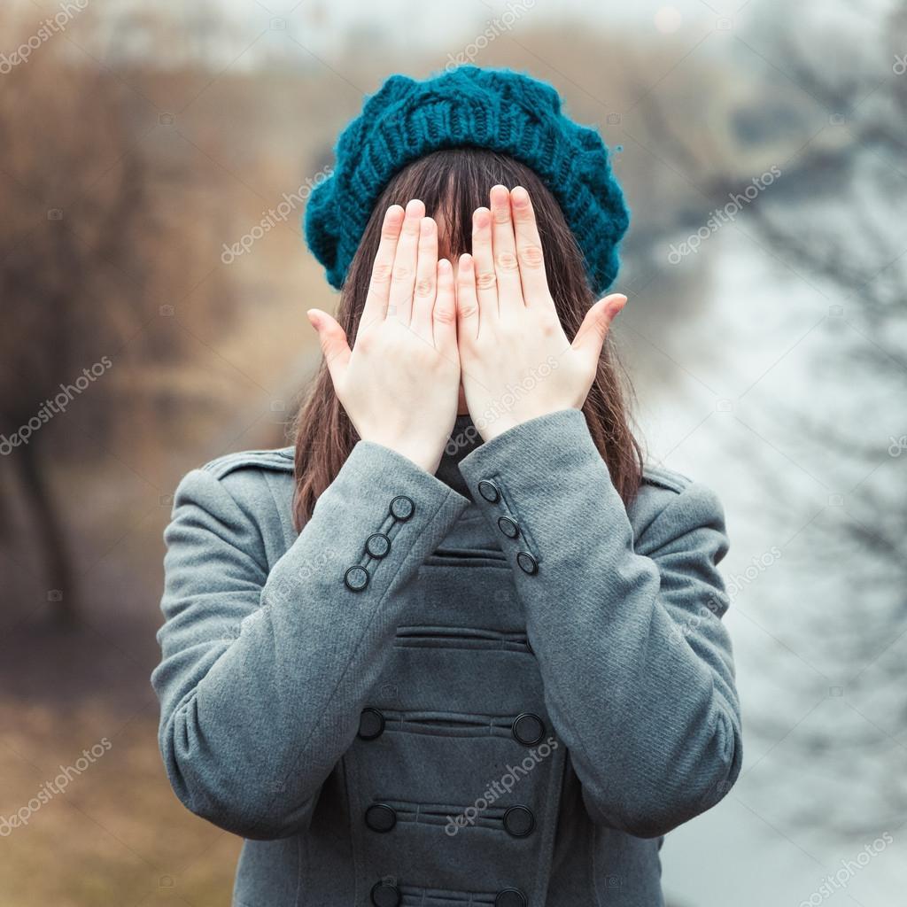 Девушки закрывают руками фото
