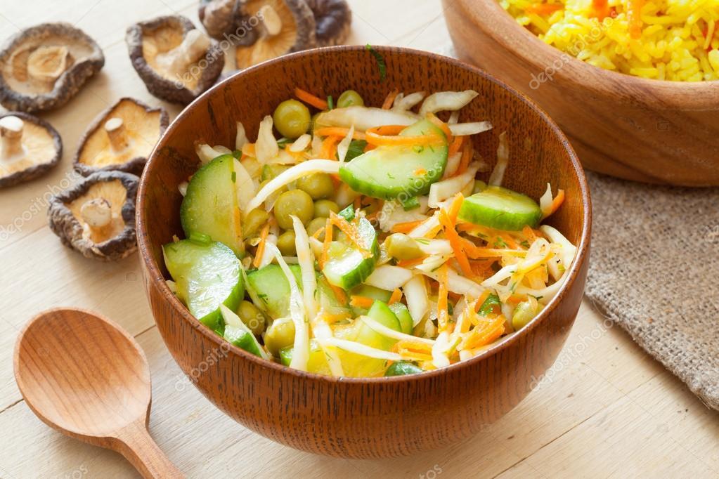 Ensalada de verduras en arco de madera rústica — Fotos de Stock ...