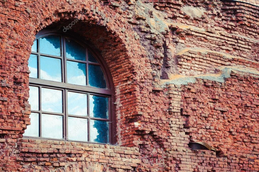 Finestra ad arco in un vecchio muro di mattoni rossi — foto stock ...