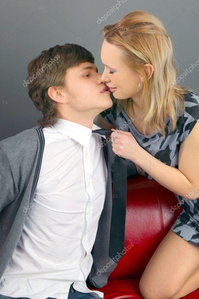 接吻情侣头像灰色背景