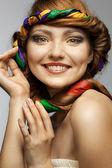 Portret van lachende mooie jonge vrouw op wit — Stockfoto