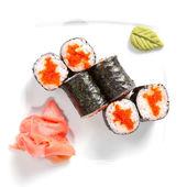 Sushi maki na płytkę na białym tle — Zdjęcie stockowe