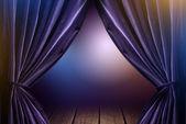 Cortinas violetas no teatro com luz dramática — Foto Stock