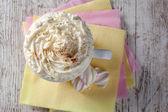 木製の背景にクリームとマシュマロ ホット チョコレート — ストック写真