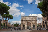 Rome, Italy - 17 october 2012: Tourists walking near Constantine — Стоковое фото