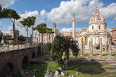 Ruins of Roman Forum, Trajan's column in Rome — Stock fotografie