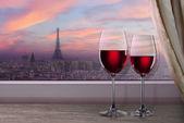 Blick auf Paris und Eiffel Turm am Sunset Boulevard aus Fenster mit zwei gl — Stockfoto