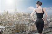 Jonge elegante vrouw op zoek naar Parijs met de toren van eiffel — Stockfoto