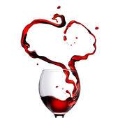 сердце из заливки красного вина в стеклянные, изолированные на белом — Стоковое фото