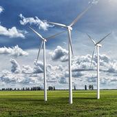 ветрогенераторы генераторов на летний пейзаж — Стоковое фото