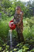 подростковой мальчик держит лейкой — Стоковое фото