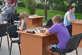 Rua torneio de xadrez em um dia de férias do atleta. tyum — Fotografia Stock