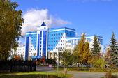 Tekutyevsky boulevard. vista de un edificio de oficinas moderno. tyumen, — Foto de Stock