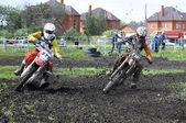 Motociclistas em motos participarem numa corrida de cross-country. — Fotografia Stock