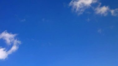 Loopable Clouds and blue polarized sky. — Wideo stockowe