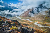Autumn in Himalaya: village and river in the valley — Stockfoto