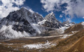 Cholatse peak and Pheriche Valley in Himalayas — Stock fotografie